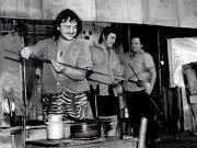 V osmdesátých letech prošla sklárna ve Včelničce rekonstrukcí. Na fotografii je zcela vlevo Pavel Mrázek a zcela vpravo stojí Petr Dvorský.