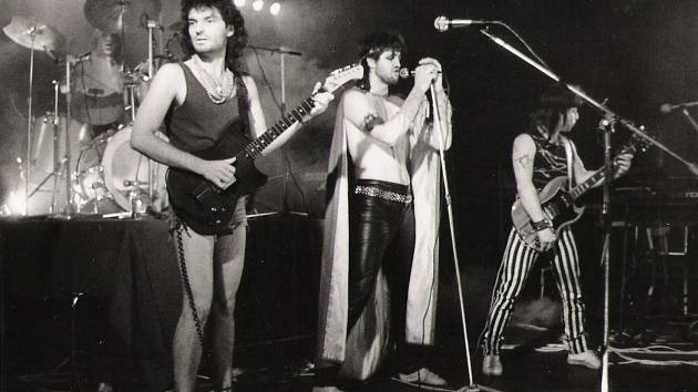 Kapela Mramor při svých vystoupeních sázela i na dobové vizuální prvky. Vpopředí kytarista Jan Horníček, vedle něho zpěvák Martin Dufek.