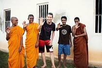 Setkání s buddhistickými mnichy v chrámu nedaleko Weligamy – J. Štěrba uprostřed.