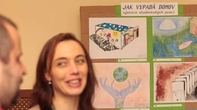 Ve středu odpoledne začala v prostorách pelhřimovského hotelu Slávie výstava studentských prací Jak vypadá domov, která předznamenává festival dokumentárních filmů o lidských právech Jeden svět.