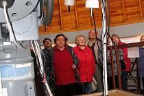 Exkurze v ondřejovské hvězdárně se onšovským seniorům vydařila. Nejvíce nadchl obří dalekohled.