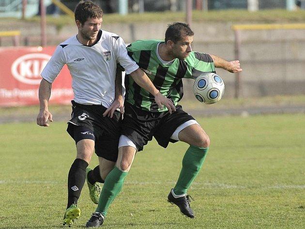 Fotbalisté Pelhřimova (na snímku vlevo je Michal Niederle) potřebují v souboji se sousedem v tabulce bodovat. Prohra by je totiž zase vrhla do divizního suterénu.