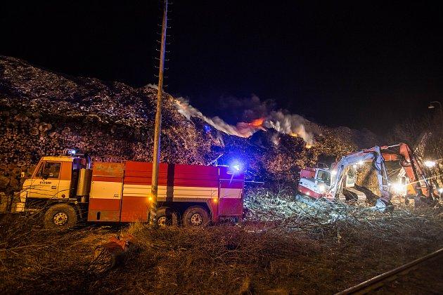 Na okraji obce Nová Cerekev na Pelhřimovsku mají hasiči plné ruce práce s požárem uskladněné dřevotřískové drti.