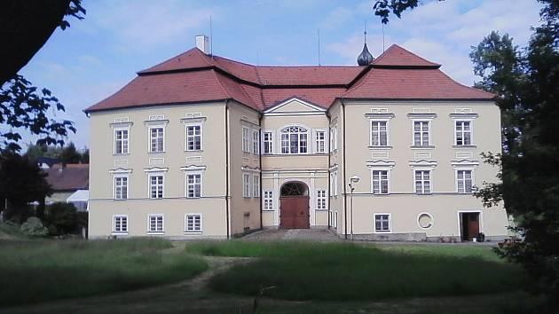 7. Proseč-Obořiště. Roku 1757 přestavěný z původní tvrze na barokní zámek. Dnes Domov pro seniory
