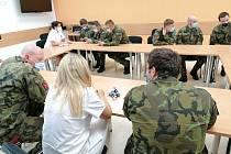 Do konce dubna zůstanou v nemocnici na výpomoc ještě tři vojáci, kteří asistují při testech v odběrovém stanu před hlavní lůžkovou budovou nemocnice.