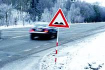 Značky upozorňující na výmoly od humpolecké silnice hned tak nezmizí. Jarní oprava je ještě daleko.
