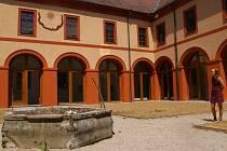 V želivském klášteře výrazně prokoukly ambity neboli křížové chodby, které obepínají takzvaný rajský dvůr.
