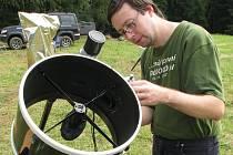 Nejvýkonnějším přístrojem na zachotínské louce je Dobsonův dalekohled (na snímku Filip Walter).