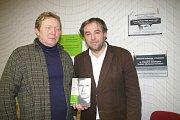 Miloš Doležal (vpravo) převzal za svoji knihu o páteru Toufarovi ocenění.