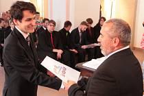 Dvaadvacet úspěšných absolventů maturitního studia na SPŠ a SOU Pelhřimov se ve čtvrtek odpoledne dočkalo přelomového životního okamžiku.