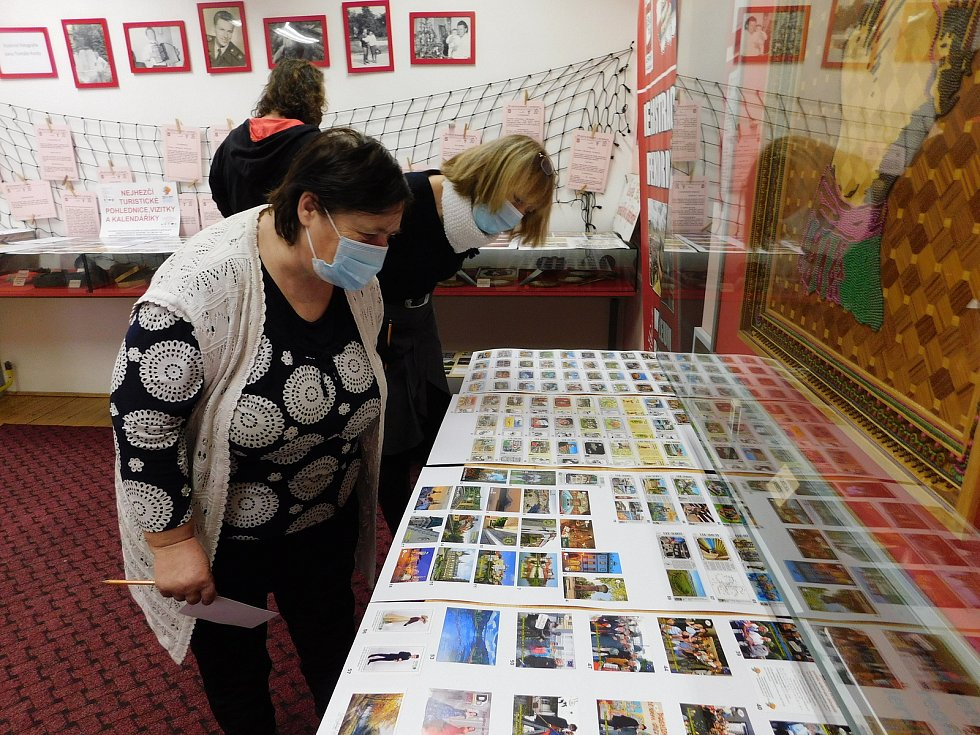 V Muzeu rekordů a kuriozit v Pelhřimově vybrali nejhezčí turistické pohlednice. Letos bylo do soutěže přihlášeno sedmdesát krásných turistických pohlednic