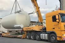 V areálu pelhřimovské nemocnice instalovali teplovodní nádrž k nové kogenerační jednotce.