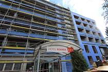 Hotel Rekrea, který se nachází vedle jedné z nejrušnějších světelných křižovatek v Pelhřimově, má od června nového majitele.