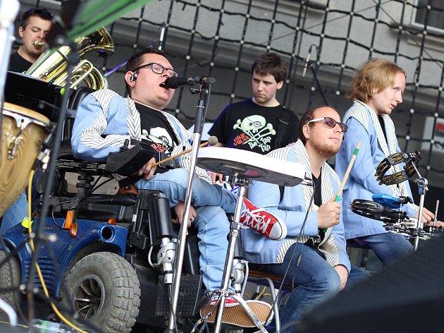Na loňském Bernard festu zazářila i česká kapela The Tap Tap, která je složená ze studentů a absolventů Jedličkova ústavu.
