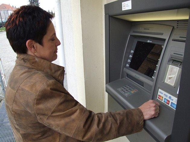 Dosud jediný bankomat slouží lidem ze Žirovnice. Klientům jiné banky než té Komerční se po zavíracích hodinách svého peněžního ústavu vybírat hotovost příliš nevyplatí.