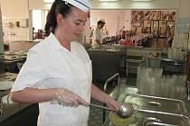 Nejnavštěvovanější pelhřimovská jídelna potřebuje nutně zmodernizovat. Krajští radní prozatím peníze nenašli. Úsměv kuchařek je naštěstí zadarmo.