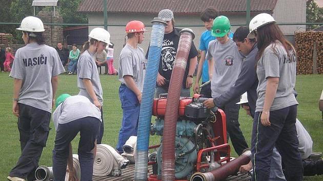 V Olešné se hasiči účastní všech kulturních akcí. Sbor však není pouze mužskou záležitostí, s ohněm si stejně dobře poradí i ženy.