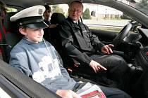 Žáci pátých až sedmých tříd základní školy v Pacově měli v úterý netradiční výuku. Na náměstí přijela dvě policejní vozidla, jedno bylo v policejní verzi a to druhé civilní, s radarem.