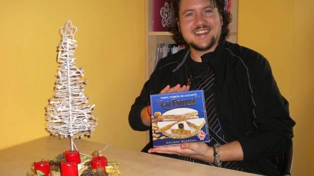 Tomás Mora Selva ze Španělska ukazuje, jak vypadá typická vánoční cukrovinka Turrón.