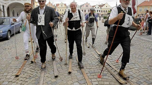 Jubilejní Sedlický úprk přilákal na pelhřimovské Masarykovo náměstí hojný počet letních lyžařů.