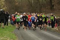 Závodníci vyrážejí na trať prvního ročníku amatérského běžeckého závodu Dehtářská 10°.