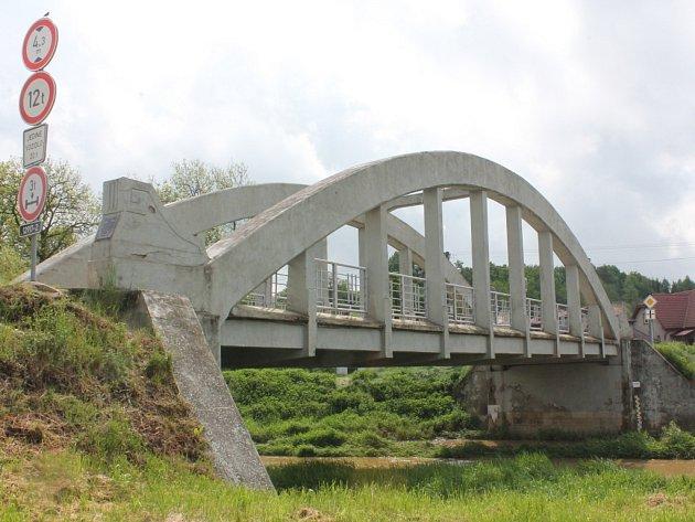 Most v Hořepníku má obloukovitý tvar. Konstrukci vyplňuje osm zavěšených táhel.
