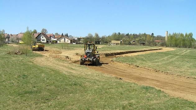Stavební práce v lokalitě Za starou farou v Pacově jsou v plném proudu.