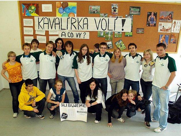 Čestný slib ohledně své volební účasti podepsali také studenti z pražského gymnázia Nad Kavalírkou.
