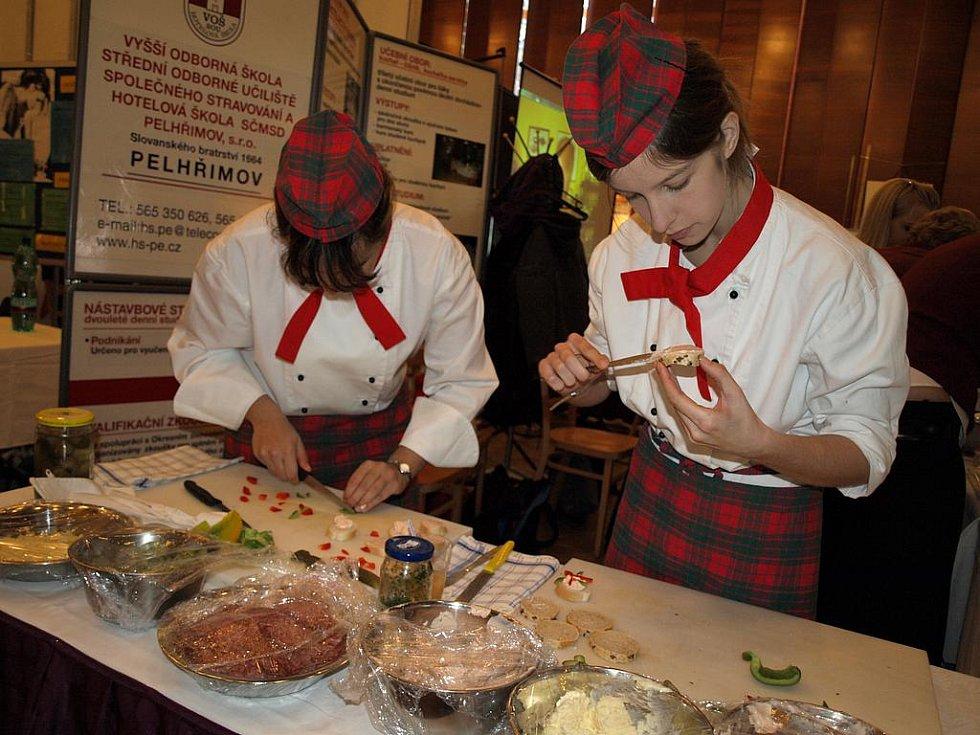 """Tolik jednohubek pro mlsné jazýčky návštěvníků Mozaiky vyrobily studentky pelhřimovské hotelové školy Hana Houdková (vlevo) a Tereza Straková. """"Už je opravdu ani nepočítáme, je jich spousta,"""" usmívají se děvčata"""