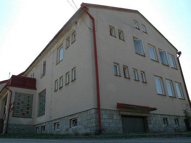 Kulturní dům ve Štítném je trvalým bydlištěm matky a dcery Lněničkových již skoro rok.