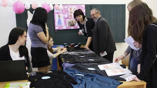 Studenti čtvrtého ročníku nabízeli svým zákazníkům nejrůznější produkty a služby.