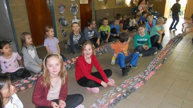 Jednou z aktivit dětí ze ZŠ Osvobození Pelhřimov v rámci školní družiny byla řetěziáda.