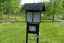 První tabule naučné stezky Březina je zasazena do parku na konci Hradské ulice