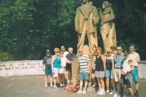 Fotografie z roku 1995 dokumentuje další tradici, kterou pelhřimovští turisté zachovávají. Pravidelně 8. května se vydávají z Pelhřimova do Leskovic, aby na Den vítězství položili kytici u pomníku, který připomíná vypálení Leskovic v květnu 1945. Na snímk