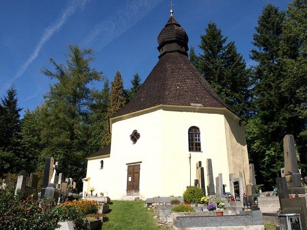 Lesnímu hřbitovu Bradlo dominuje kaple svaté Máří Magdaleny.