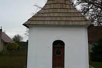 Obyvatelé Holýšova, jedné z místních částí Mezilesí na Pacovsku, mohou být hrdí na opravenou kapličku.