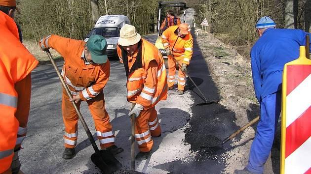 Mezi nejvíce velebené jarní práce patří výsprava silnic. Cestáři včera rozšiřovali vozovku u Stranné na Žirovnicku.