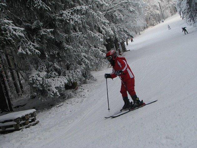 Na Křemešníku už dovádí lyžaři.