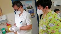 Dobrovolné očkování zdravotníků Nemocnice Pelhřimov začalo v úterý 5. ledna.