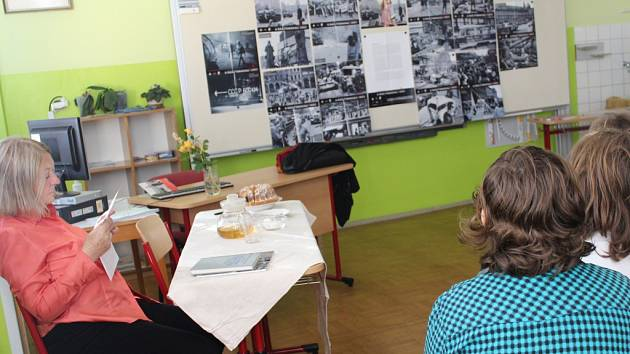 Do želivské základní školy v úterý zavítala spisovatelka Eda Kriseová, která žákům druhého stupně, v rámci projektu Příběhy bezpráví.