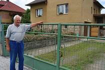 """Tato branka je důkazem, že se s velkou pravděpodobností jedná o kočkovitou šelmu. """"Pes by se na plot sotva vyškrábal. Tohle přeskočilo branku jako nic,"""" poznamenal Bohumír Kotrč."""