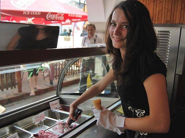 U zmrzlinového stánku má šanci získat brigádu jen zanedbatelný počet studentů. Na Kateřinu Březinovou z Pelhřimova se ale usmálo štěstí.