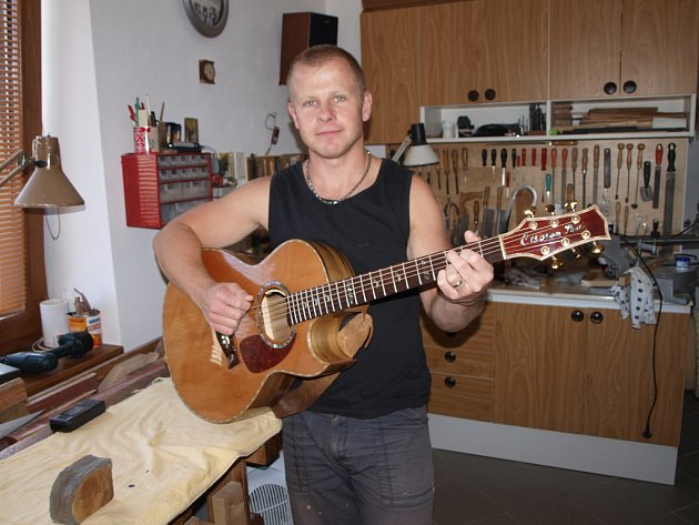 Výroba hudebních nástrojů znamená práci s různými materiály. Z cizokrajných dřevin je to například palisandr a eben, z českých zase javor a smrk. Na kytaru, kterou drží v rukou, použil Hynek Pavlů poprvé kombinaci baltimorského ořechu a cedru.