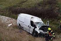 Pelhřimovští hasiči zasahují u dopravní nehody dodávky u obce Olešná.