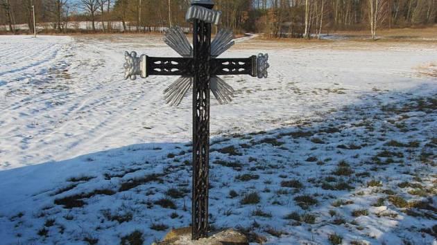 Poničený kříž.