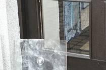 Takto malým otvorem se  zloděj  dostal do jedné pelhřimovské prodejny.