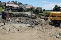 V plném proudu jsou v Pošné na Pacovsku práce na opravě požární nádrže, která se nachází v samém srdci malebné vesničky.