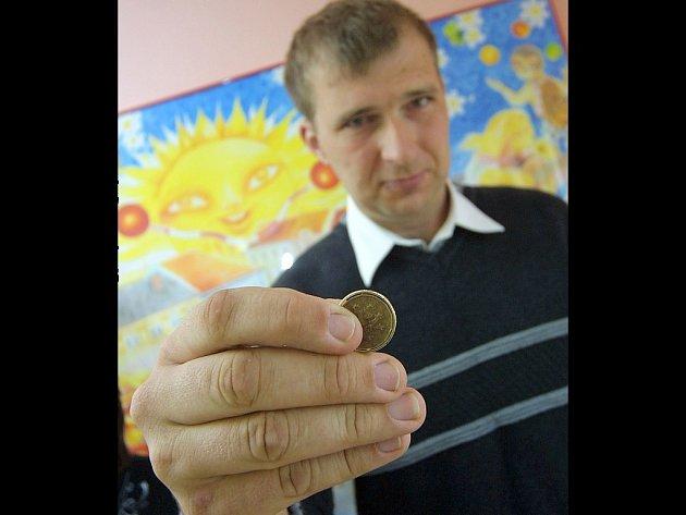 Snubním prstýnkem Petra Davida projde bez problémů dvacetikorunová mince.