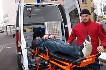 Předávání nové sanitky v pelhřimovské nemocnici