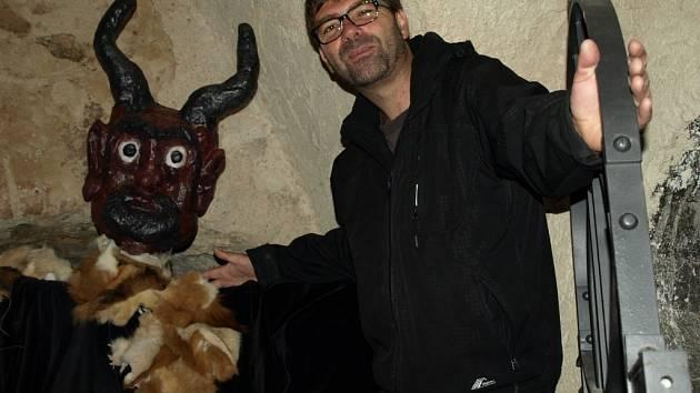 Pelhřimovské peklo poprvé otevřelo brány návštěvníkům loni v červnu. Na snímku je s čertem ředitel pelhřimovských kulturních zařízení Martin Ecler.
